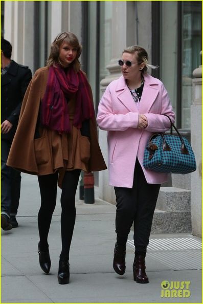taylor-swift-holds-hands-lena-dunham-05.jpg