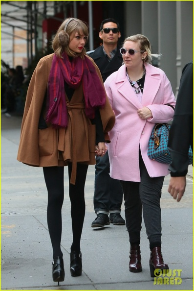 taylor-swift-holds-hands-lena-dunham-01.jpg