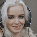 beautiful-blonde-model-girl-listening-music-with-big-headphones-and-smile vtsbjgesg  F0008